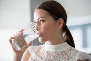 mulher-bebendo-agua