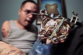 A profissão mais inusitada para alguém que nasceu sem braços: tatuador