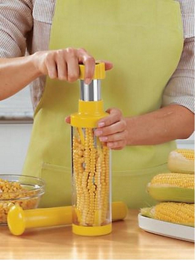coisas bizarras, mulher de avental amarelo com milho