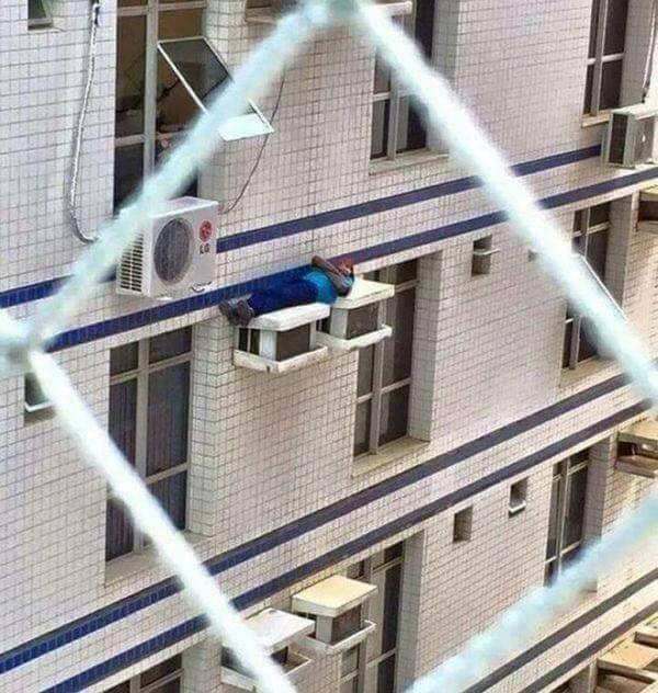 homem dormindo em cima do ar condicionado