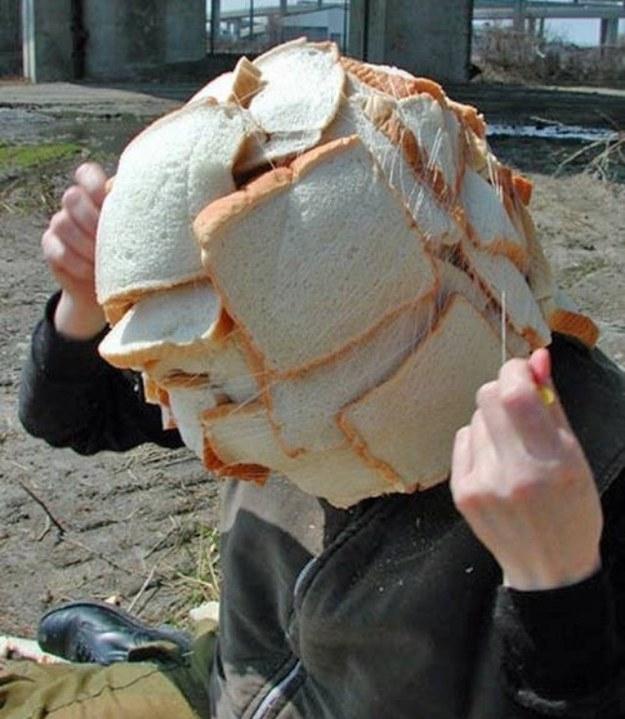 homem com pão na cabeça