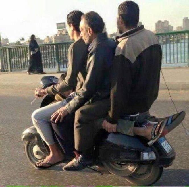 4 homens em uma moto