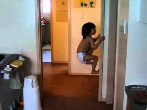 criança subindo a parede