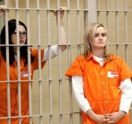 Por que presidiários usam uniforme laranja?