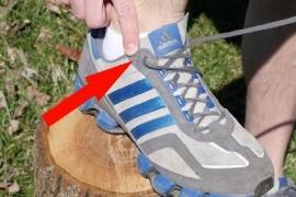 Você sabe como usar aquele furinho extra do tênis?