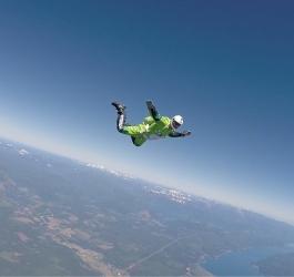 Homem pula de avião sem usar paraquedas – e sobrevive