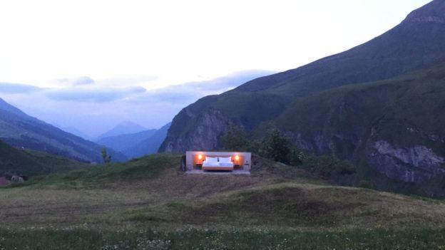 Conheça o incrível hotel sem paredes dos Alpes Suíços